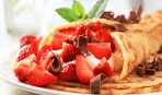 Из первой клубники: тонкие блинчики с творожно-ягодной начинкой