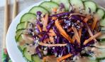 Салат из огурца и краснокочанной капусты с кунжутной заправкой