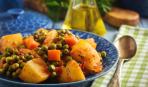 Тушеный молодой картофель с зеленым горошком: пошаговый рецепт