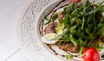 Салат из телятины, перепелиных яиц и рукколы
