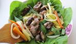 Тёплый салат с куриными сердечками и рукколой