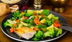 Тушеные овощи с куриной грудкой в пароварке