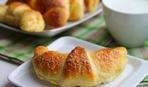 Что приготовить на десерт: пирожки с вишней и рогалики с творогом