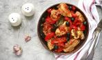 Ужин по-гречески: запеченная курица с помидорами и маслинами