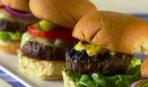 Гамбургер с кукурузным салатом