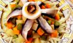Бюджетный овощной салат с килькой на День Соборности Украины