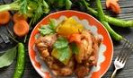 Блюдо дня: куриные ножки, запеченные с яблоками и картофелем