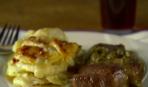 Стейк с винным соусом и картофельной запеканкой
