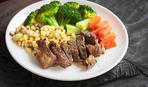 Запеченная свинина с салатом из кукурузы