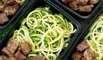 Диетический обед за 30 минут: лапша из кабачков с мясом в чесночном соусе