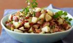 Сытный салат с теплым картофелем и хрустящим беконом