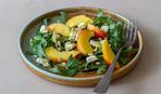 Необычное сочетание в салате: фета и персики