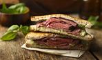 Вкусный сэндвич с говяжьим стейком