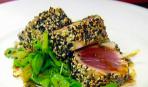 Тунец в кунжуте с салатом из водяного кресса