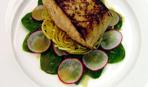 Глазированый лосось с салатом из редиса и шпината.