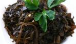 Маринованный лук с морской капустой