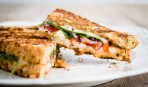 Итальянские сэндвичи «Панини» с моцареллой