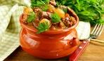 Куриные фрикадельки в соусе бешамель, запеченные в горшочках