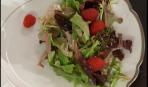 Зелёный салат с малиной