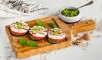 Летняя закуска для легкого ужина: баклажаны с помидорами и моцареллой