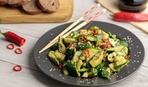 Єгор Гордєєв готує китайський салат з битих огірків