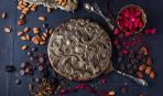 Шоколадный торт с миндалем и черносливом на Новый год