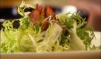 Теплый салат фризе с беконом