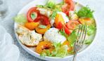 Салат с помидорами и сливами