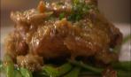 Куриные бедрышки с пряной фасолью и миндально-грибным соусом