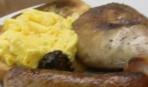 Мясные колбаски с яичницей