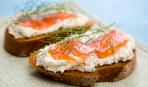 Бутерброды с лососем, маком и лаймонад