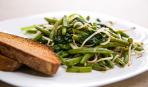 Теплый салат с фасолью, шпинатом и кростини