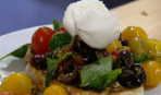Томатный салат на гренках с моцареллой
