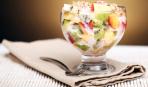 Фруктовый салат с йогуртом и орехами