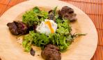 Салат с печенью, грибами и яйцом-пашот