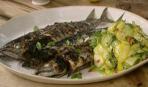 Макрель с салатом из сырых кабачков