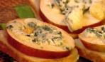 Тосты с яблоками и мраморным сыром