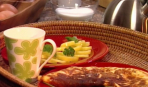 Завтрак из омлета, свежих овощей и карамельного молока