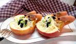 Яблоки, фаршированные салатом с маслинами и креветками