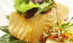 Филе лосося, запеченное в оливковом масле с листьями шпината и нежным картофелем