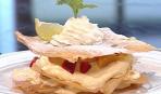 Слоеное пирожное с фруктами и кремом