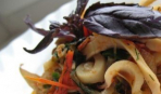 Кальмары с помидорами и базиликом