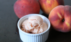 Мороженое со сгущенным молоком и персиками