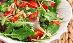 Салат с помидорами, орехами и рукколой