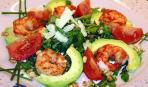Салат с рукколой, креветками и помидорами