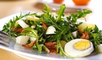Салат из рукколы с яйцами