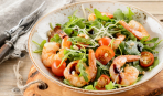 На скорую руку: салат с креветками, беконом и рукколой