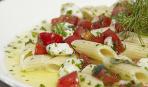 Макароны с моцареллой и помидорами
