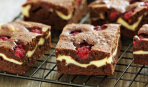 Шоколадные пирожные с вишней