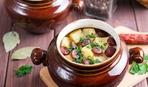 Охотничьи колбаски, запеченные в горшочке с овощами